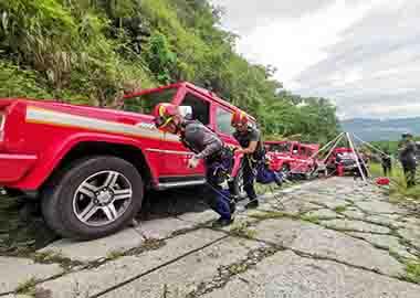 FERNO多功能万博官方网站manbetx支架系统参与某消防队进行山岳万博官方网站manbetx演习。