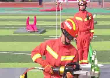 某消防队选用万博体育app最新版本液压破拆工具参加总队比武。